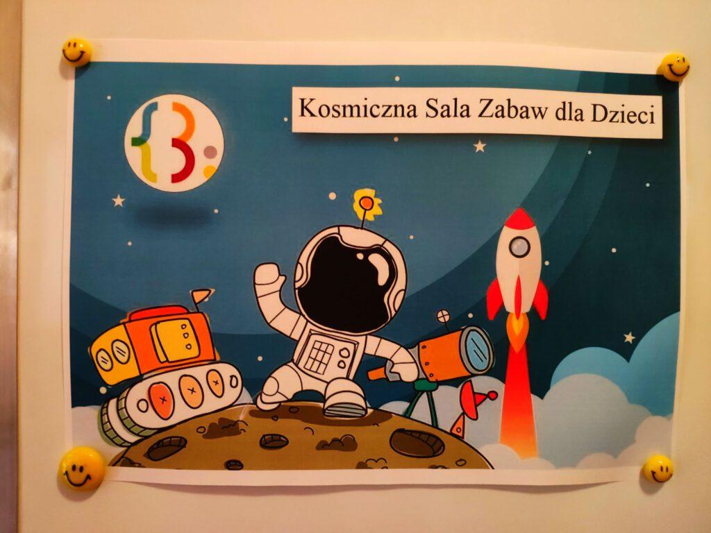 """Może być komiksem przedstawiającym tekst """"Kosmiczna Sala Zabaw dla Dzieci (. 00 00""""."""