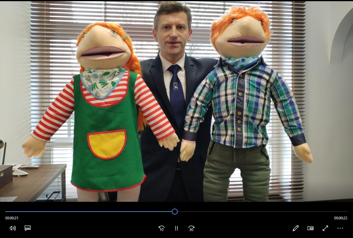 Mężczyzna trzymający dwie lalki