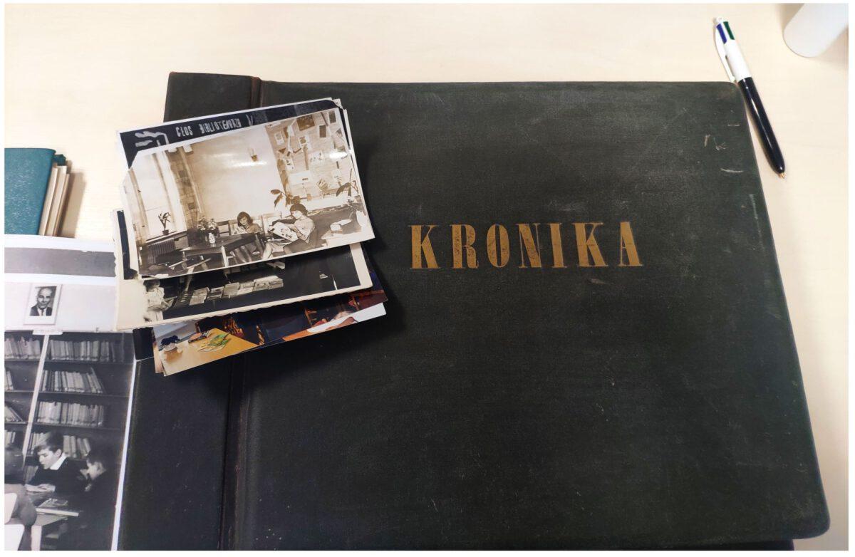 Na zdjęciu kronika i stare zdjęcia czarnobiałe