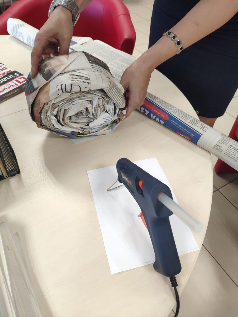 Na zdjęciu skręcony papier gazetowy tworzenie skorupy ślimaka recykling