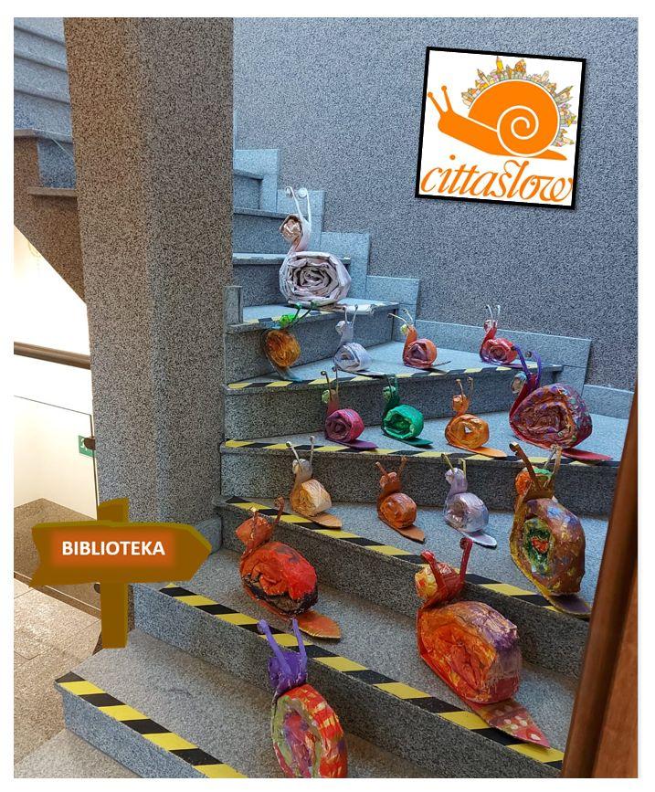 ślimaki papierowe kolorowe postawione na schodach
