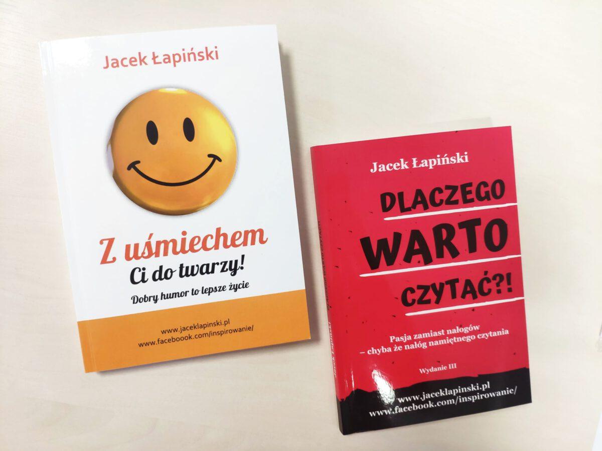 """Może być zdjęciem przedstawiającym książka i tekst """"Jacek Łapiński Z uśmiechem twarzy! Ci do Dobry humor to lepsze życie www.faceboook.com/inspirowanie/ www.jaceklapinski.pl Jacek Łapiński DLACZEGO WARTO CZYTAĆ?! Pasja zamiast chyba że nałóg namiętnego nałogów czytania Wydanie II jaceklapinski.pl www.jaceklapinski.pl inspirowane/ www.facebook.co""""."""