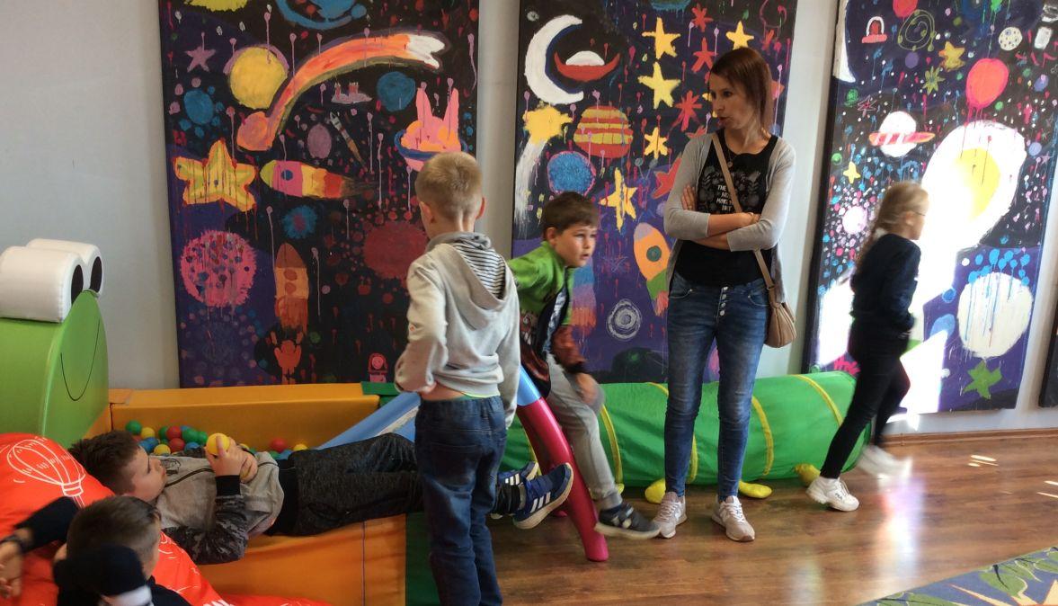 Może być zdjęciem przedstawiającym 1 osoba, dziecko, stoi, siedzi i w budynku.